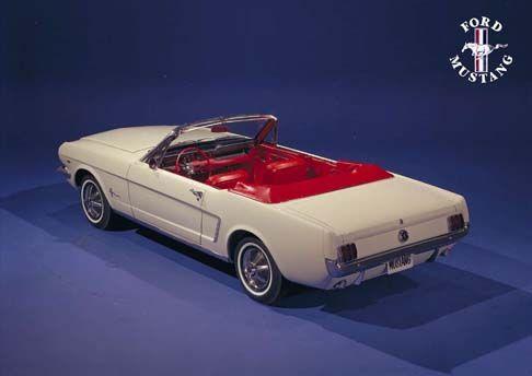 12444 - FORD - MUSTANG 1964 - Conversível branco com estofamento vermelho tras. Lateral - 41x29 cm. -