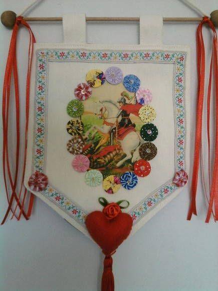 Estandarte São Jorge Feito em tecido com flores e fitas Produto artesanal , sujeito á variações Podemos fazer com outros motivos religiosos Temos vários tipos Feito sob encomenda Consulte - nos