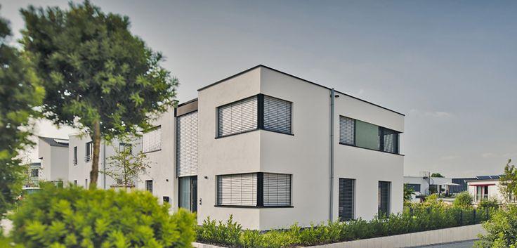 Modernste Architektur in einer Region in der Klinker und Krüppelwalmdach das Umfeld bestimmen. Gerade die Bonner aus Bad-Godesberg fanden ihr neues Zuhause in Wachtberg. Das ambtionierte rondo Konzept machte es möglich. © C. Pforr