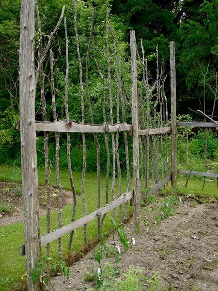 Eine andere Möglichkeit alle Äste aus dem Baumschnitt für einen rustikalen Za…