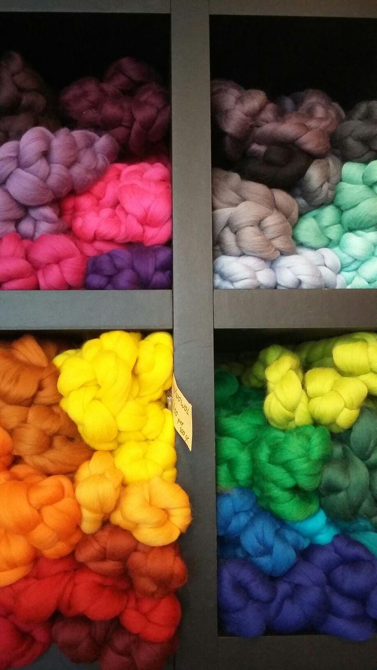 in het atelier zijn veel materialen en gereedschappen te koop voor broderie d'art, borduren en vilten, zoals deze merinowol in strengen