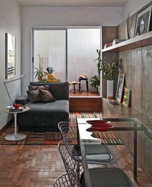 pequeño espacio bien solucionado: materiales, proporciones, muebles (armario bajo que sirve de banco para sentarse a la mesa) y colores.
