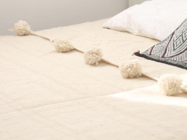 pom pom blanket de lana en color natural. dar amïna shop. moroccan style