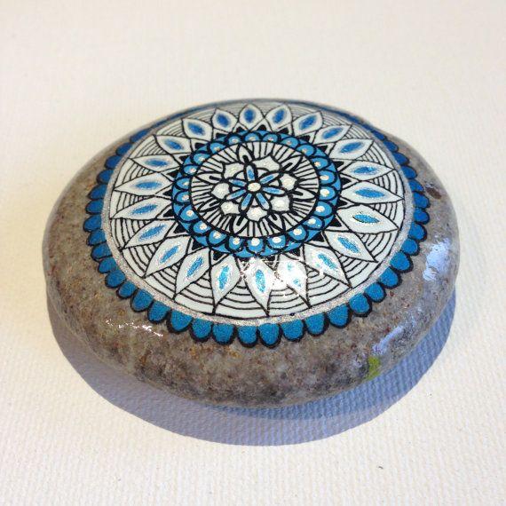 Hey, j'ai trouvé ce super article sur Etsy, chez https://www.etsy.com/fr/listing/246020199/mandala-bleu-argent-gros-peint-pierre