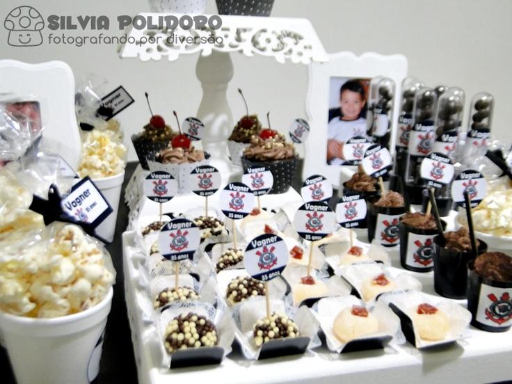 'Baldinho' de pipoca, brigadeiro tradicional, brigadeiro Romeu e Julieta, Cupcakes, brigadeiro de café com chantilly de chocolate e Amendoim de chocolate.