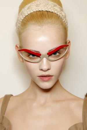 La linea superiore dell'occhiale sembra prendere forma di due grandi sopracciglia