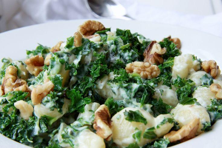 Lekker vegetarisch recept van Italiaanse gnocchi met blauwe kaassaus en vers gewokte boerenkool.