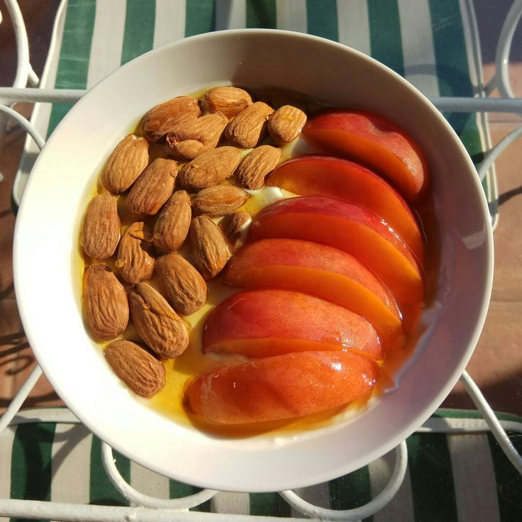 Yogurt with peaches 🍑, almonds and agave syrup 😋