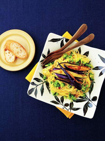 揚げ焼きした鮮やか色のなすを、どっさりとのせて。|『ELLE a table』はおしゃれで簡単なレシピが満載!