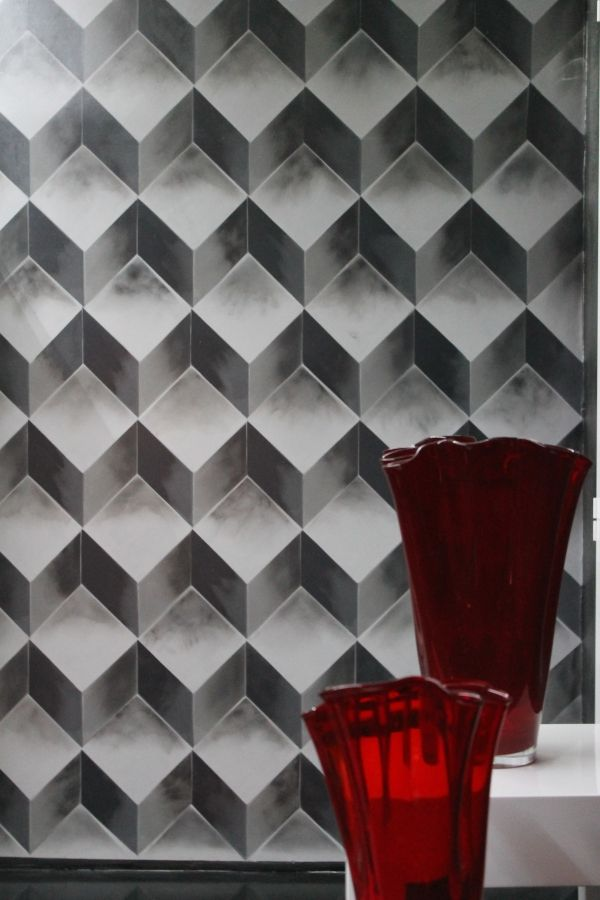 Una parete in resina decorativa realizzata con particolari elementi artistici monocromatici.