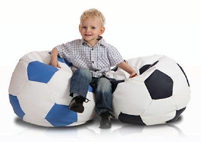 Voetbal zitzak M leatherlook Ø 65cm wit/zwart De voetbal zitzak heeft door de leatherlook stof een luxe uitstraling en een geweldig zitcomfort. De zitzak is verkrijgbaar in 3 formaten.