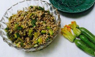 insalata di farro con verdure e pesto (senza aglio): ricetta estiva e versatile, facile da preparare, vegetariana. #insalata #farro #verdure #pesto