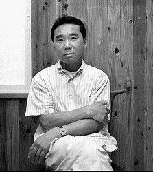 """""""Haruki Murakami werd geboren in Japan, zijn vader was een Boeddhistische priester, zijn moeder een koopmansdochter. Beide ouders gaven les in Japanse literatuur, maar daarnaast heeft Murakami zich altijd voor Amerikaanse literatuur geïnteresseerd en onderscheidde zich daarmee al snel van andere Japanse auteurs. Als auteur beleeft Murakami zijn echte doorbraak in 1987 met 'Norwegian Wood'."""""""