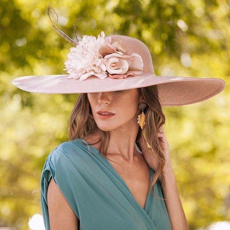 Impecable elegancia modelo Uxia. También disponible para alquilar en @lamasmonasocial #sisterstocados #tocados #pamelas #invitadas #invitadaboda #invitadaperfecta #millinery #alquilerdetocados #lamasmona #sombreros #muysisters