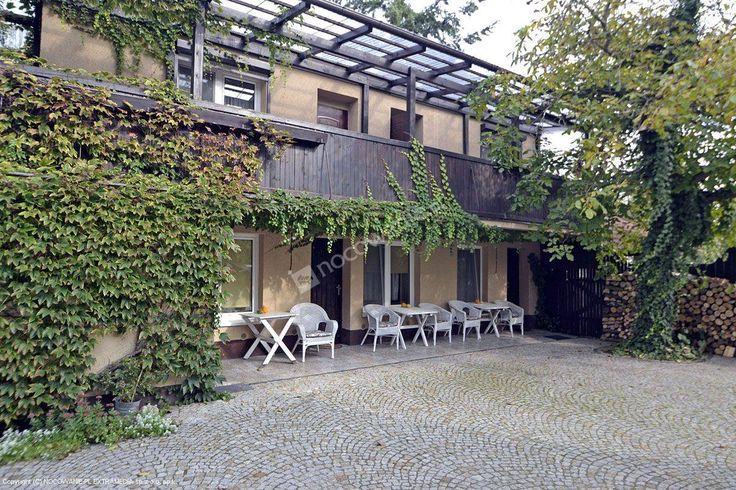 Całoroczna Villa pod orzechem z Zaniemyśla ma w swojej ofercie m.in.: sala kominkowa, stół do bilarda, wypożyczalnia rowerów. Więcej na: http://www.nocowanie.pl/noclegi/zaniemysl/willa/120455/