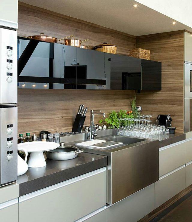 WEBSTA @ almocodesexta - Amei essa cozinha {} Muito legal esse detalhe da bancada em inox! Além disso, amo a combinação da madeira e vidro preto  Foto via @designdecor