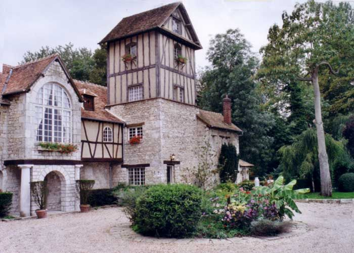 The old-timbered stone mill, from thr 17th century, is situated in Claude Monet's beloved village, just ashort walk from Monet's House and the American Museum.