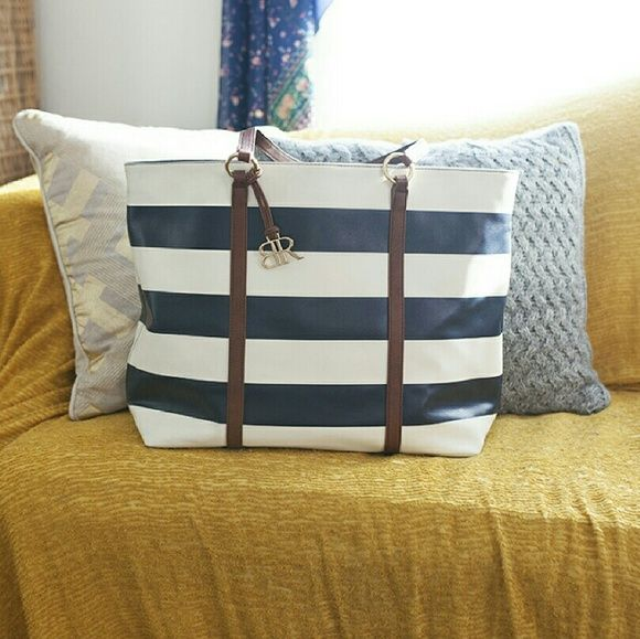 "Banana Republic Tote Bag Navy Blue Stripes This Banana Republic tote is a classic....It's beautiful, big, and it definitely makes a statement ! It's been used less than a handful of times so it's still in tip top shape ! Width on top 19"", width on bottom 14.5"", length 13"". Banana Republic Bags Totes"