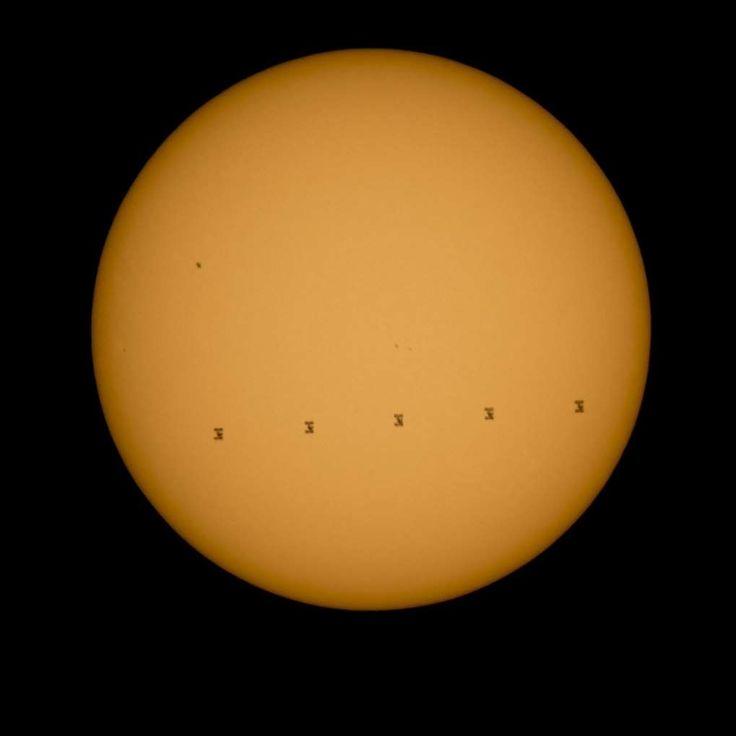 太陽を通過する国際宇宙ステーションのシルエット。米バージニア州のシェナンドーア国立公園から撮影された写真5枚を合成したもの(2015年9月6日撮影)。(c)AFP=時事/AFPBB News