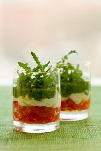 Bicchierini salati monoporzione con pomodori, ricotta e pesto, antipasto vegetariano perfetto per stupire gli ospiti