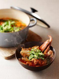 魚のあらと魚介で出汁をとった辛い鍋料理。唐辛子、にんにく、コチュジャンなどでパンチの効いたホットな味に仕立てる。海鮮のほか大根、長ねぎ、春菊、せりなどの野菜をたっぷりと。|『ELLE a table』はおしゃれで簡単なレシピが満載!