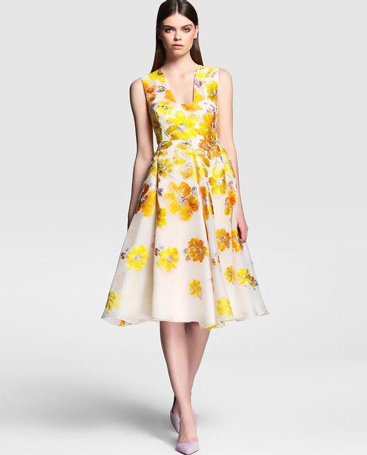 Vestido de mujer Síntesis Colección Jorge Vázquez con flores bordadas en amarillo