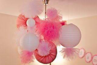 DEcoración de Pompones de tul con globos chinos. #DecoracionFIestas