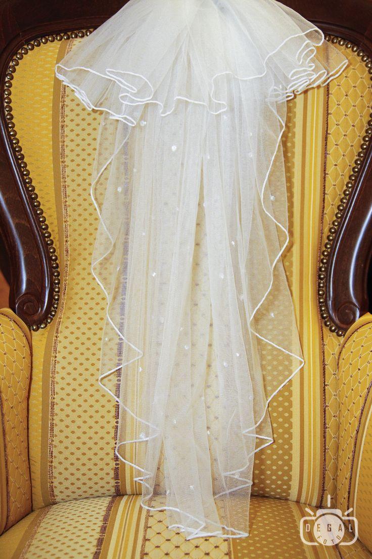 Voalul miresei este de nelipsit din tinuta miresei. Fie ca optezi pentru o rochie de mireasa clasica, fie ca optezi pentru una nonconformista, voalul de mireasa este cel care va arata cine este personajul principal al acelei zile deosebite. http://www.degalfoto.ro #nuntasieveniment, #voalulmiresei, #degalfoto, #fotografbucuresti