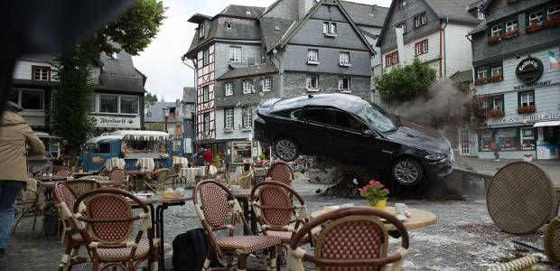 """Wer """"Alarm für Cobra 11"""" mag, wird an diesem Film seine Freude haben. Die Macher der RTL-Serie zeichnen sich für die rasanten Stunts des Hollywood-Streifens """"Collide"""" verantwortlich. Im Highspeed geht es über die deutschen Autobahnen und durch die Stadt Köln. Mit dabei sind echte Hollywood-Größen. / Szenenbild aus """"Collide"""", Foto: Universum Film GmbH"""