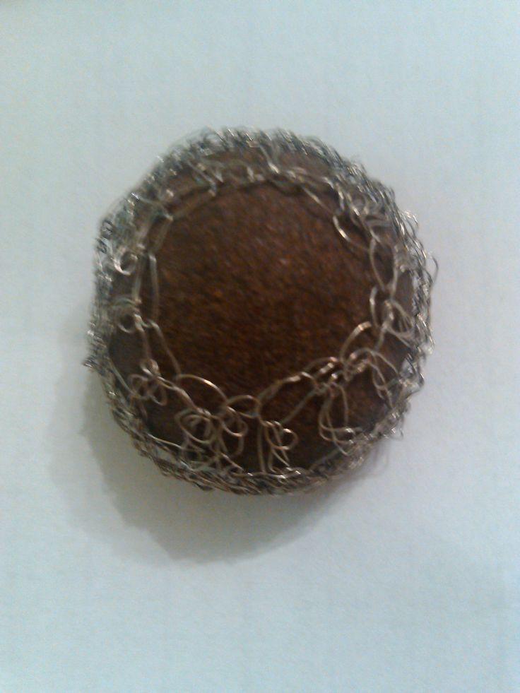 Piedra Moki con red tejida en crochet para poder ser llevada a modo de colgante.