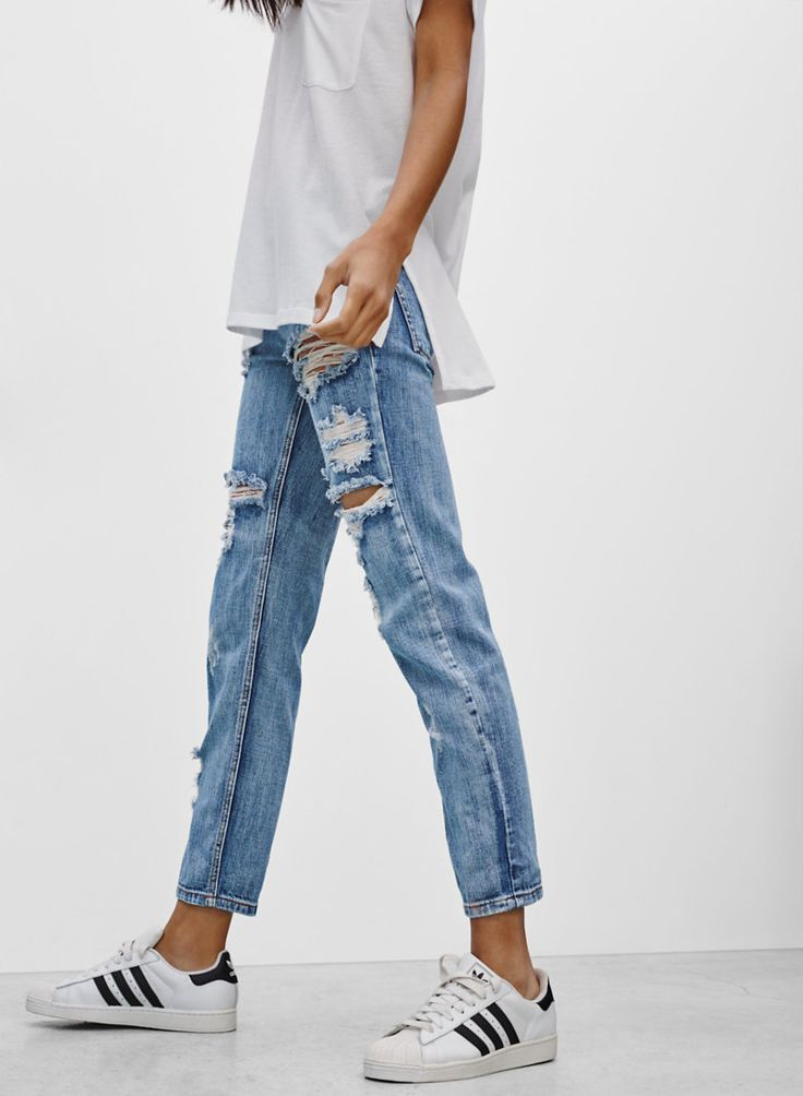 idea for your capsule wardrobe: oversized tee and ripped jeans #style