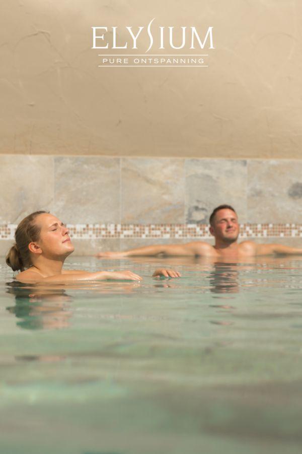 Heerlijk floaten op het water van het zoutwaterbad van Wellnessresort Elysium tijdens jouw Dagje Wellness.