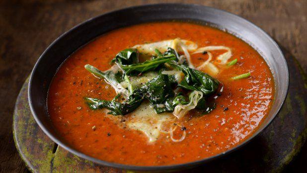 Vtipná italská variace na proslulý tříbarevný salát, tentokrát v podobě polévky – inu, léto už skončilo, krásy podzimu čekají.