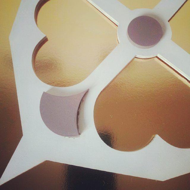 #Gold, #white and #gray...do you like it? #Alzuleycha loves it. —————————————— #designinteriores #decoration #interiordesignideas #inspiredcmnt #inredningsinspiration #luxurystyle #homedesigninspirations #detailslovers #homedesign #tilenerd