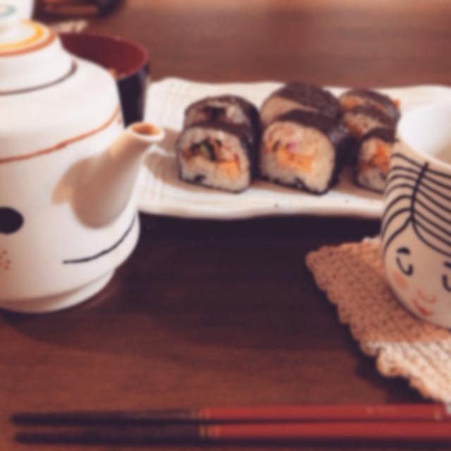 我が家は一口大に切って、ワーワーおしゃべりしながら食べます((* ´艸`)) - 3件のもぐもぐ - 節分巻き寿司(うなぎ、えび、椎茸、きゅうり、卵焼き、カマボコ)と(納豆、卵焼き) by kikoron
