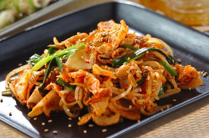 『25.簡単豚キムチ炒め』 豚肉ともやしとニラを炒めて、味付けは白菜キムチだけ!食べたい時にすぐ出来て、分量もアバウトでなんとかなる、至福(?)の手抜きレシピ。