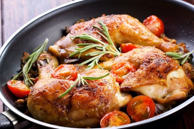 「ローストチキン」というと、オーブンが必要と思っていませんか? 実はフライパン一つでできるレシピがあるんです。ローズマリーとニンニクの風味が食欲そそる一品! 材料(2人分) 鶏もも肉(骨あり、なしどちらでも):2枚にんにく:1片 ローズマリー:1本 オリーブオイル:大さじ3 塩・胡椒:適量 バター:大さじ1