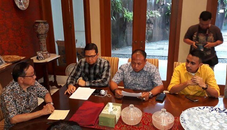 Jakarta GATRAnews -- Generasi Muda Partai Golkar (GMPG) menyerahkan Surat Aduan kepada Dewan Kehormatan, Ahad, 23 Juli 2017. Delegasi yang dipimpin Ah...