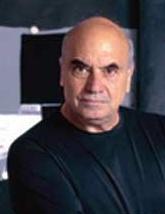 """Massimiliano Fuksas, architetto, nato a Roma il 9 gennaio del 1944, dove si è laureto in Architettura presso l'Università """"La Sapienza """". Al centro del suo lavoro sono particolarmente i problemi dell'urbanistica delle grandi metropoli. Ha ricevuto numerosi premi internazionali come il Grand Prix d'Architecture e l'Honorary Fellowship."""