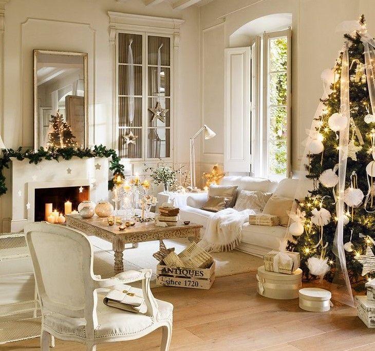 Fiocchi e nastri di tulle, ghirlandedi abete con luci bianche e dorate, motivi di ispirazione nordica e accenti d'oro tra pareti e mobili candidi come la neve: in questa casa che si trova nel cuore della costa del Maresme, in Spagna, si festeggiail Nataleavvoltidaun'atmosfera unica e
