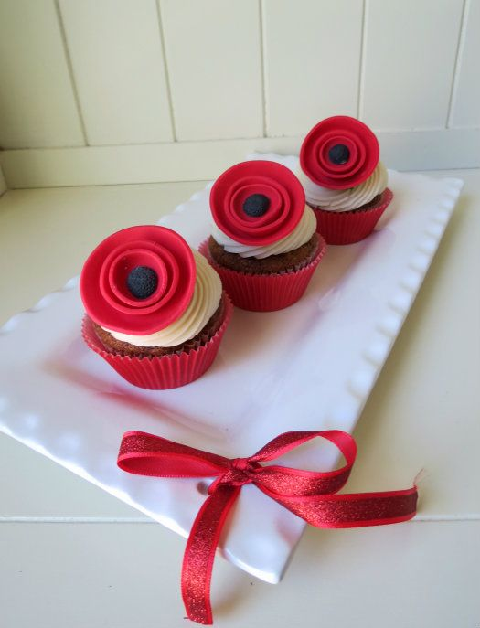 Love the simplicity of these poppy toppers - need to keep this in mind for Remembrance Day. How to make a poppy cupcake topper • CakeJournal.com