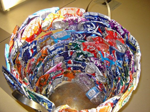 Diy wastebasket upcycle this 21 things made from soda for Aluminum can decorations