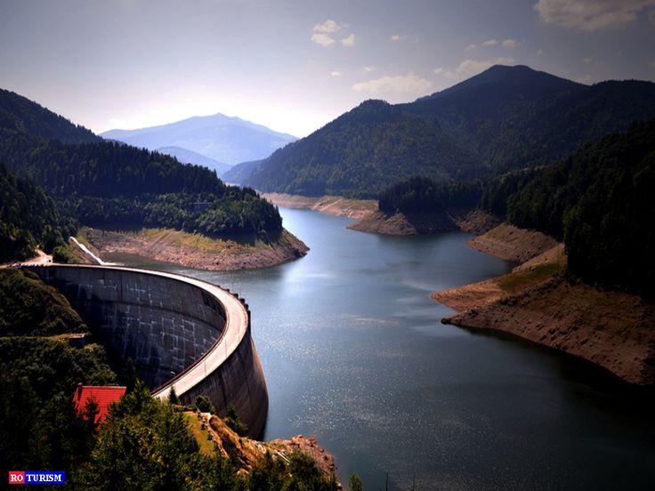 Barajul Dragan, este unul dintre cele mai spectaculoase stavilare din tara. Panorama superba peste baraj poate fi admirata din parcarea de sus, de pe un bloc mare de beton. Zona in care se afla barajul cu greu poate fi descrisa in cuvinte.