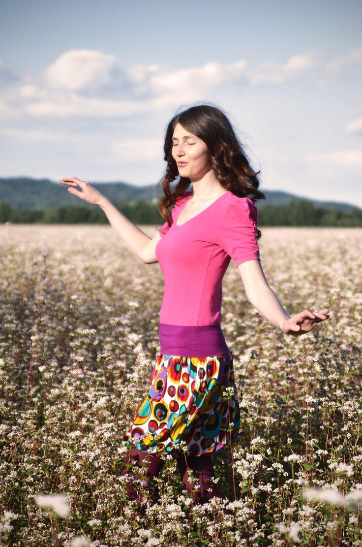 Všeho-schopná žena S-M Sukně z podzimní kolekce 2014 Podzim už je cítit ve vzduchu a tak tu pro Vás něco máme, milé ženy ... Podzimní sukně z úpletu - balonového střihu s elastickou podšívkou. Sukně pěkně přilne k ženským křivkám. Hezky splývá a ve větru se mírně pohupuje. Sukně je díky elastickému pásu vhodná i pro nastávající maminky. Materiál: ...