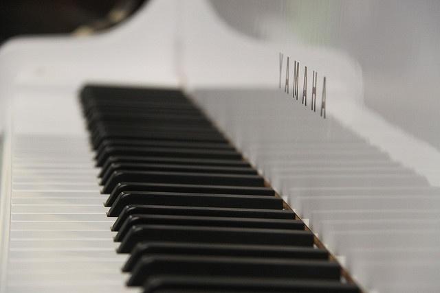 Want!! White Yamaha Grand Piano.
