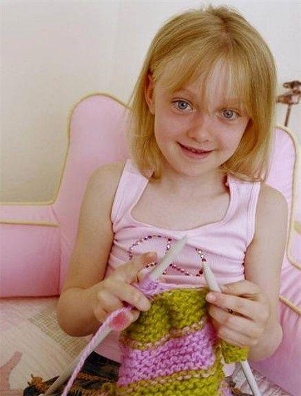 people knitting - Google Search This looks like Dakota fanning?!