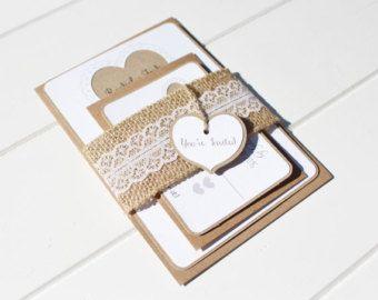Invitation de mariage de dentelle toile de jute, rustique coeur faire-part de mariage avec une bande de dentelle et de toile de jute ventre et a vous êtes invité tag coeur rustique.