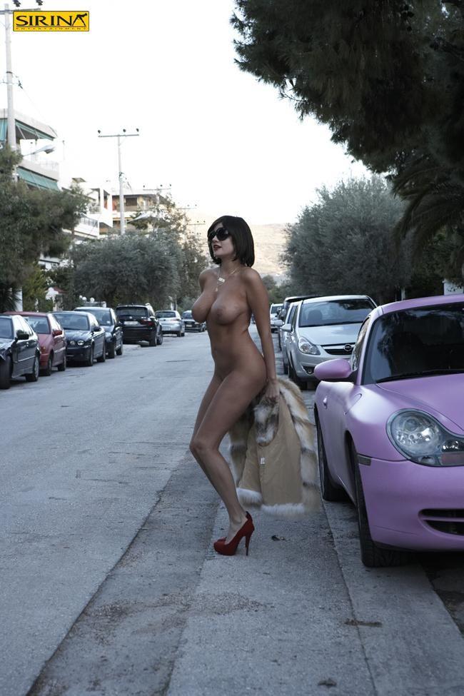 Αυτή η γυναίκα γεννήθηκε για να τρελαίνει τον αντρικό πληθυσμό! Σίγουρα, το κατάφερε γι ακόμη μια φορά η Τζούλια Αλεξανδράτου με την γυμνή φωτογράφηση στους δρόμους της Βούλας! Δείτε τις φωτογραφίες αποκλειστικά στο Sirina.Tv