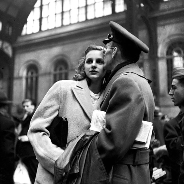 """Alfred Eisenstaedt, Pennsylvania Station, April 19, 1943. This image appeared on the  issue of LIFE magazine. """"A Soldier's Farewell"""". © The LIFE Picture Collection/Getty Images)"""
