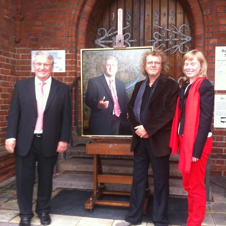 Former mayor Poul Lindor, painter Lars Rasussen and the new mayor Joy Mogensen
